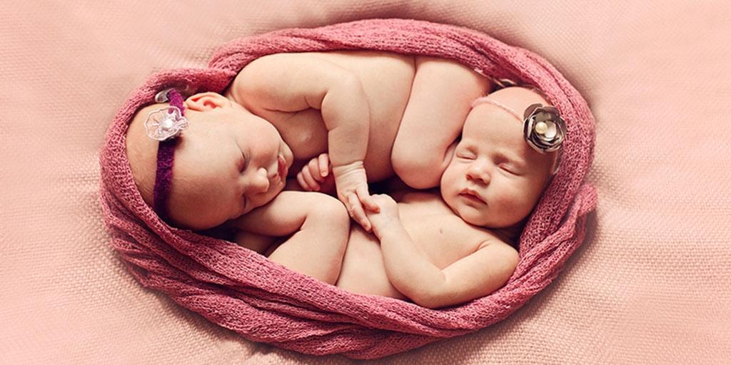 Новорожденные девочки-двойняшки
