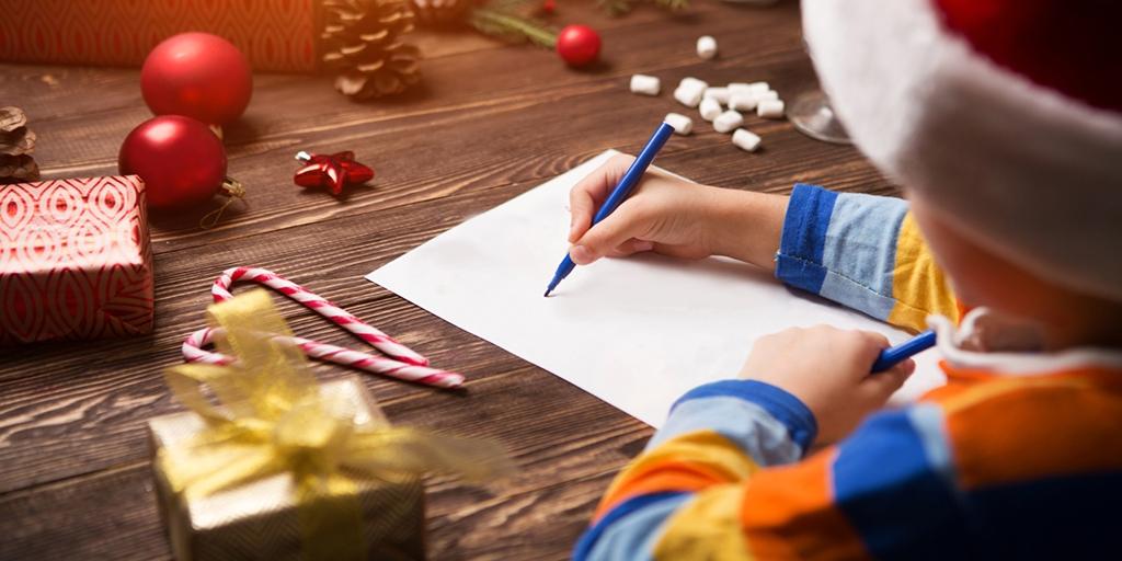 Мальчик пишет письмо