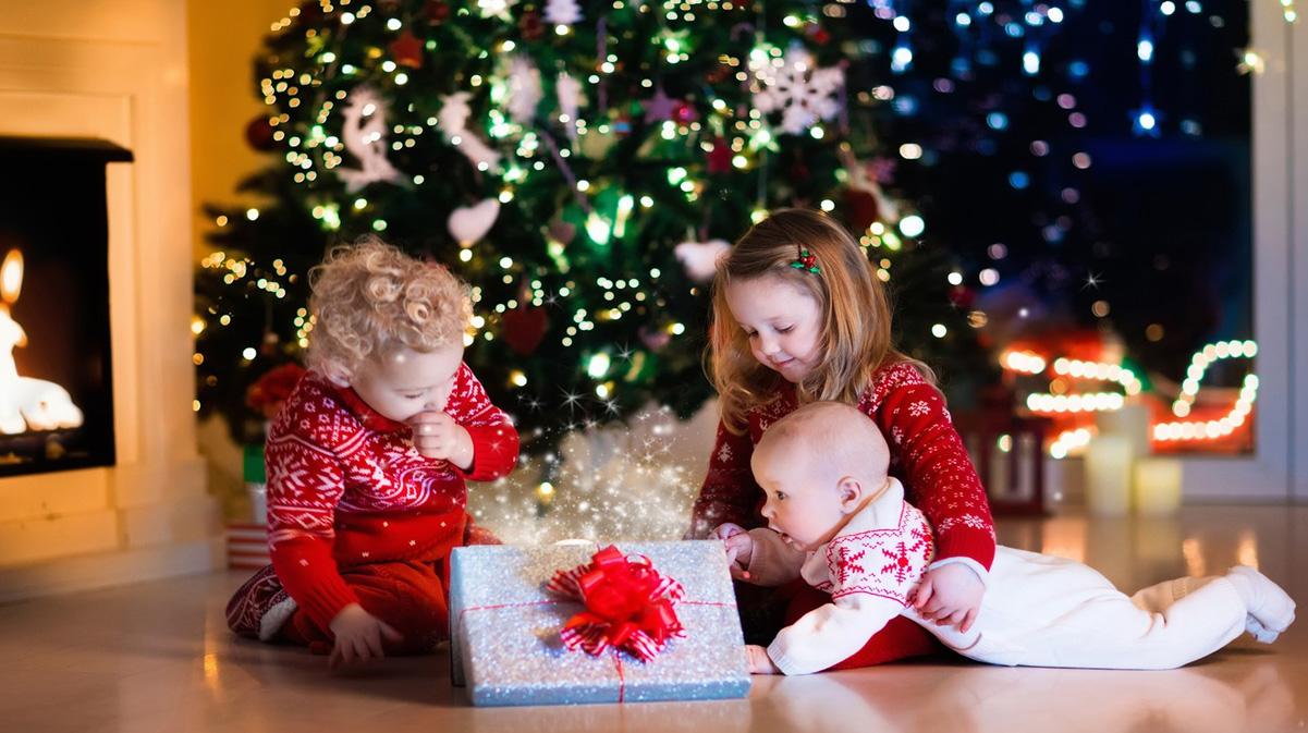 Подарки семье на Новый 2023 год - что подарить детям