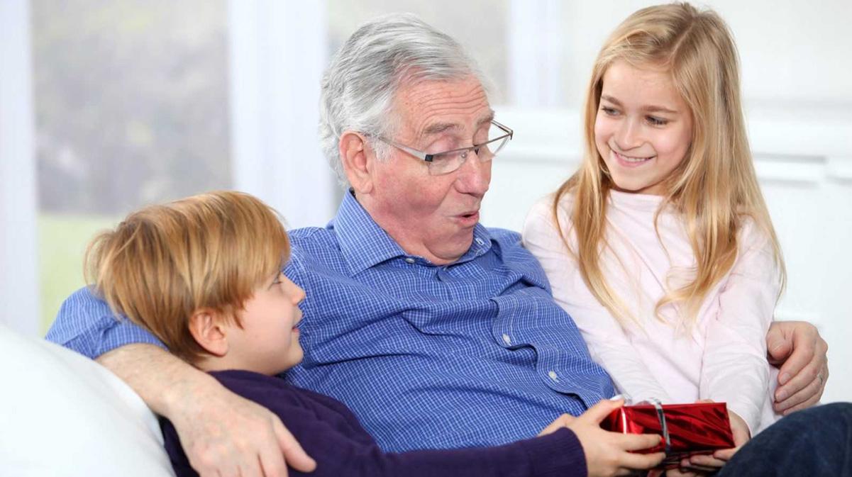 Подарки семье на Новый 2023 год - идеи подарков для дедушки