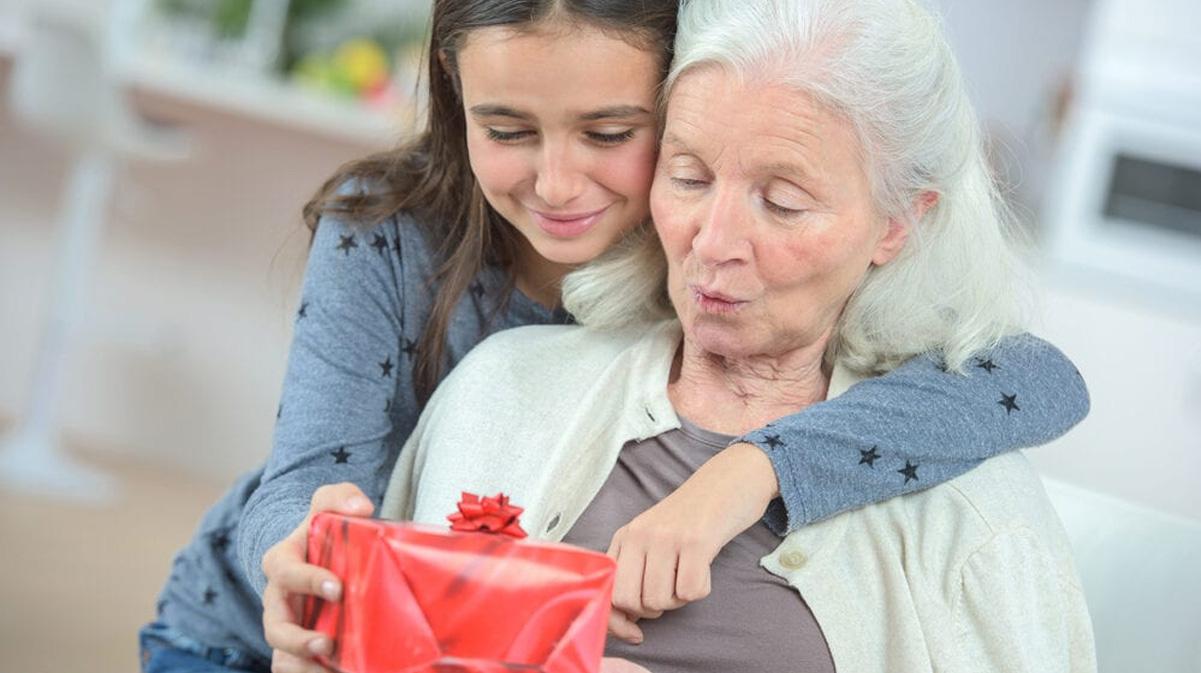 Подарки семье на Новый 2023 год - идеи подарков для бабушки